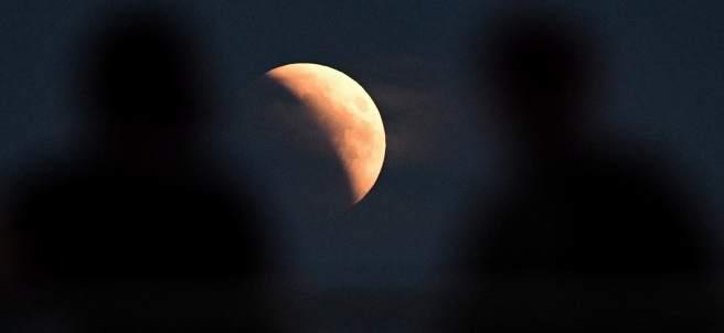 Una imagen del eclipse lunar desde Varsovia (Polonia)