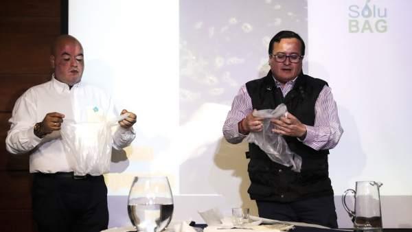 Chilenos crean una bolsa hidrosoluble para acabar con problemas del plástico