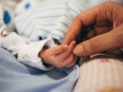 Imagen de un bebé y su madre