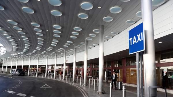 Parada de taxi en un aeropuerto.