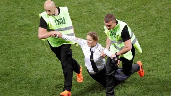 Integrante de Pussy Riot, en el campo durante la final del Mundial