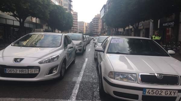Els taxistes mantenen tancat al trànsit el carrer Colón per tercer dia