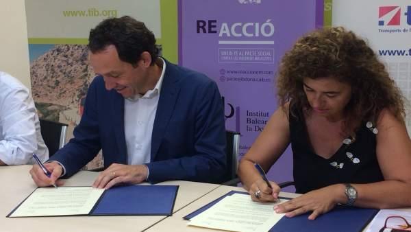 Los consellers Marc Pons y Pilar Costa firman un convenio