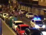 Decenas de jóvenes persiguen a Policía y Ertzaina en las fiestas de Algorta