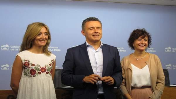 Escobar junto con las directoras.