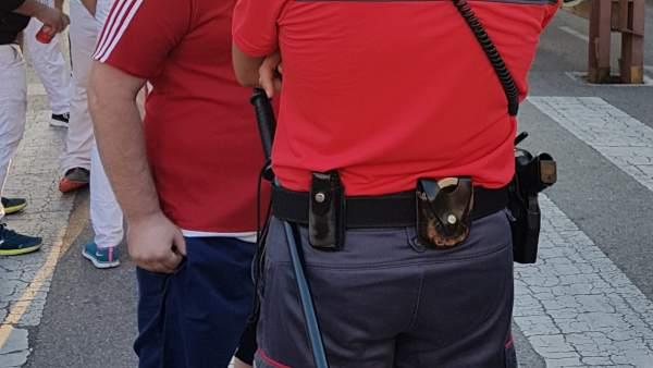 Agente de Policía Foral atendiendo a un ciudadano en fiestas de Tudela