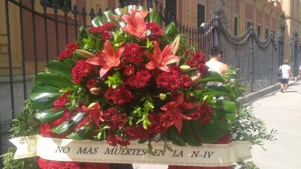 Corona de flores del Ayuntamiento de Los Palacios en el Palacio San Telmo