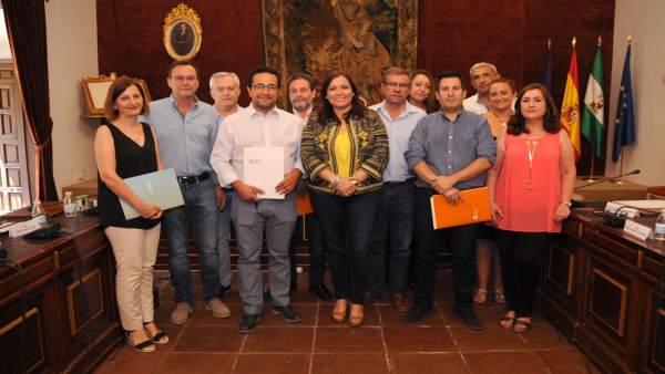 Ana Carrillo en la entrega de los convenios de colaboración