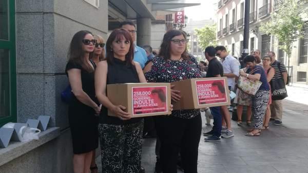 Marina Marroquí y Nuria Coronado, de AIVIG, pidiendo el indulto de Juana Rivas