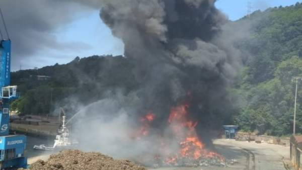Incendio de chatarra en el puerto de Pasaia.