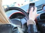 Mujer al volante con el móvil