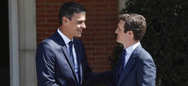 Pedro Sánchez y Pablo Casado, durante su reunión en La Moncloa