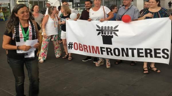 La activista Emilia Nacher es recibida en la estación de tren en València