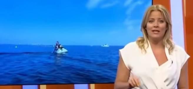 Reportera se cae de una moto de agua en directo.
