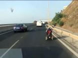 Un hombre circulando por la autovía de Mijas (Málaga) en silla de ruedas motorizada