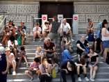 Turistas esperan junto a la entrada cerrada a la Torre Eiffel en París
