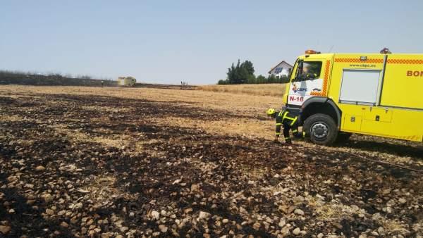 Labores de extinción de un incendio de pasto en Villamartín