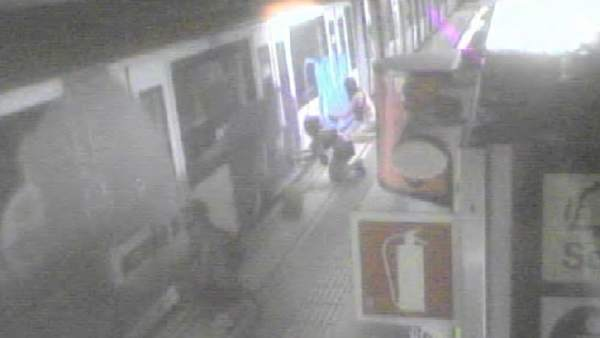 Imagen de una cámara de seguridad mientras los grafiteros pintan los vagones