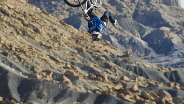 Momento de un salto en bicicleta de montaña