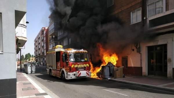 Valladolid.- Dotación de bomberos apagando un incendio de tres contenedores