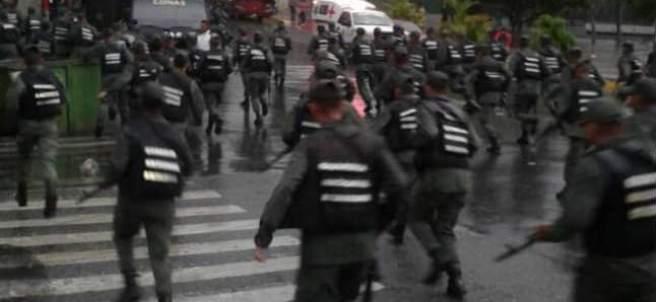 Un grupo de agentes armados corren tras el intento de atentado contra Nicolás Maduro