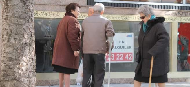Un grupo de ancianos en la calle
