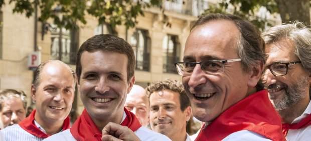El líder del PP nacional, Pablo Casado (izquierda) junto al del País Vasco, Alfonso Alonso en Vitoria