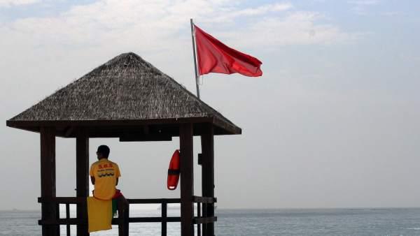 Bandera Roja En La Playa De Algeciras Por Los Vertidos De Gibraltar
