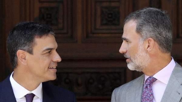 El rey Felipe VI y Pedro Sánchez, durante su despacho veraniego.