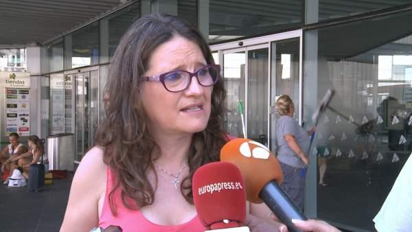 Oltra atiende a los medios en València