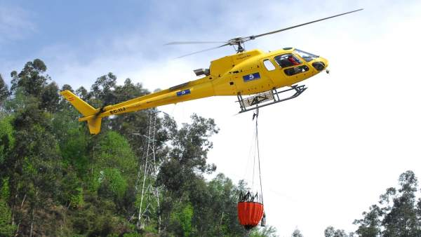 Un helicóptero, en labores para extinguir un incendio forestal