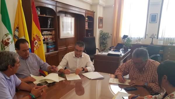 Rincón firma convenio para ejecutar conexion peatonal