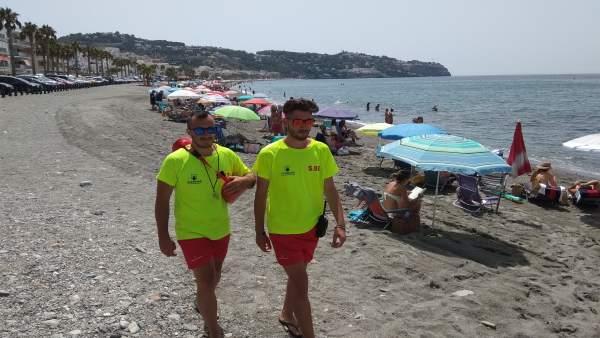 Socorristas en la playa de La Herradura
