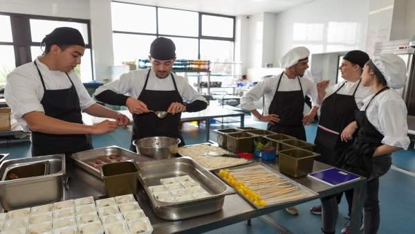 Jóvenes participantes en proyecto social de La Caixa