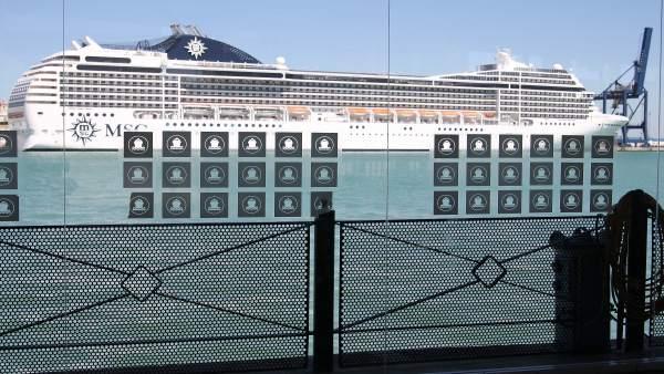 Un Crucero En El Puerto De Cádiz.