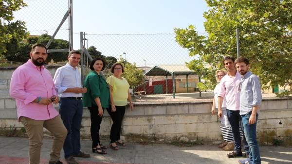 Parte de la delegación del PP de Sevilla y Dos Hermanas en su visita al CEIP SF