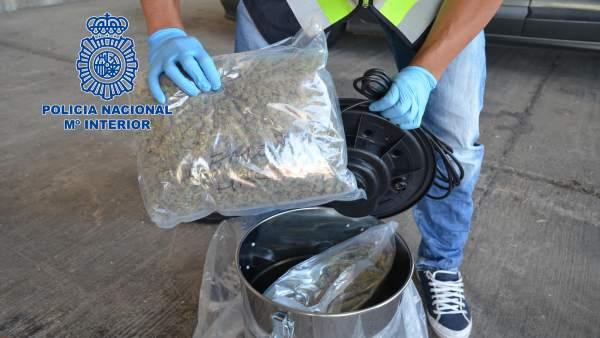 Un agente sostiene una de las bolsas de marihuana interceptadas en la Jonquera