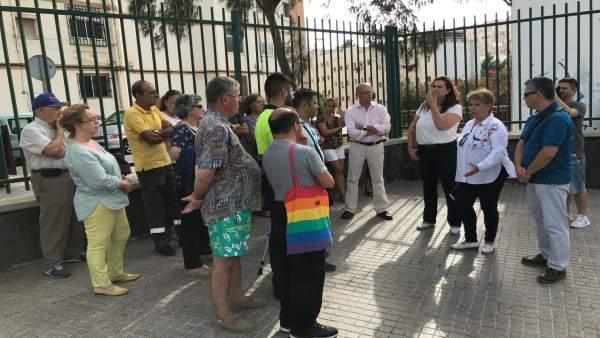 Rosa Viera y Carmen Guerra con vecinos de Las Rehoyas