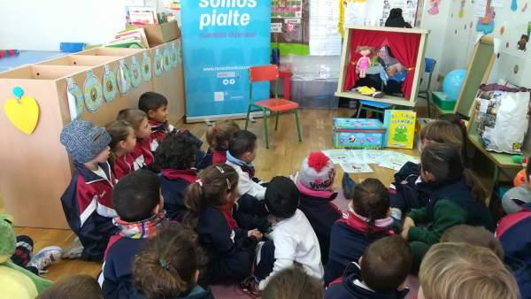 Un grupo de alumnos asisten a una sesión de cuentacuentos
