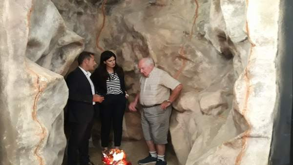 La consejera, el alcalde y el director excavaciones