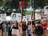Estudiantes participan en una marcha contra la Asociación Nacional del Rifle