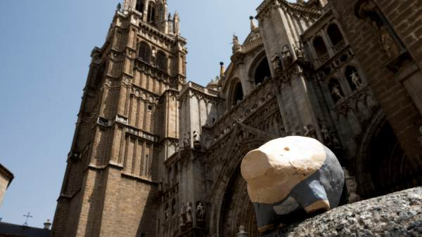 Pequeños cerdos numerados hasta el 666, colocados de forma anónima en las calles de Toledo.