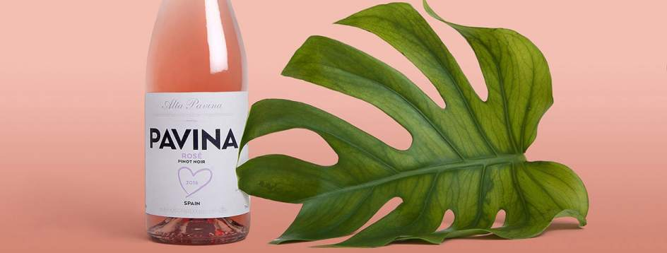 Pavina Rosé. Nos gustan la rarezas que salen bien. Y este rosado de Alta Pavina con uva pinot noir cultivada en viñedos de Castilla y León a 900 metros de altura es una de ellas. Luminoso y con una interesante combinación de toques dulces con aromas de monte, será una grata sorpresa para los amantes del rosado. Ronda los 9 euros.