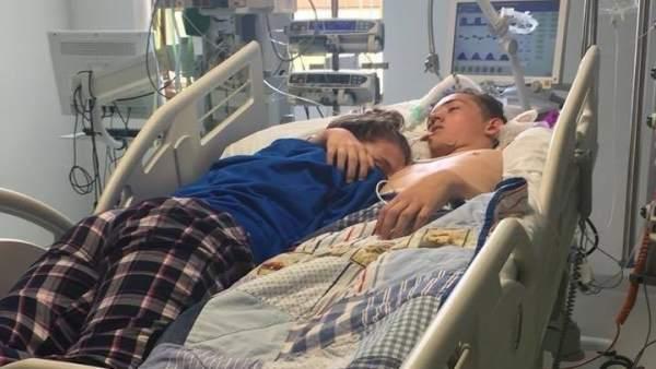 Abraza a su novio antes de que muera