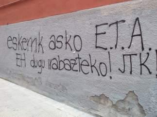 Pintadas de radicales en la que dan 'gracias' a ETA