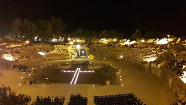 Viacrucis en el anfiteatro romano de Mérida
