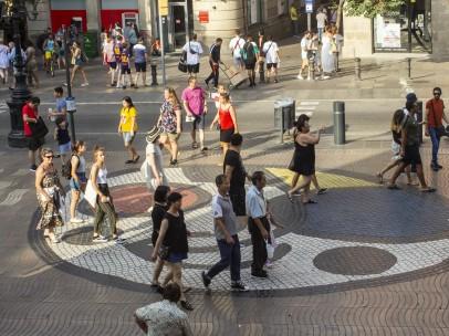 El Mosaico de Miró, donde se frenó la furgoneta después de arrollar a personas por La Rambla en su recorrido de 700 metros