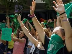Concentración a favor de la despenalización del aborto frente a la embajada argentina en Madrid.