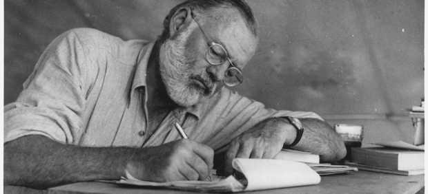 Ernest Hemingway, durante su estancia en Kenia.