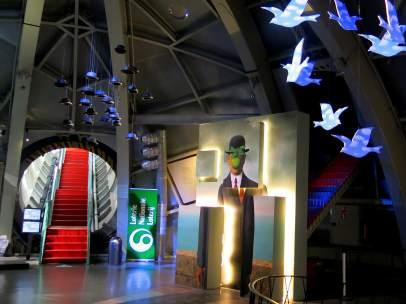 El Atomium celebra sus 60 años con una exposición en 3D de René Magritte.